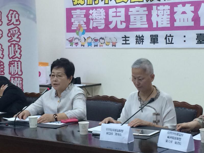 民進黨立委陳節如(左)1日出席記者會,抗議幼照法第9條修改恐圖利財團